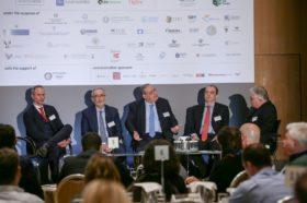 Panel 1: «Ο στρατηγικός ρόλος των εξαγωγών στο αναπτυξιακό μοντέλο της χώρας» Στο πάνελ συμμετείχαν οι oμιλητές (από αριστερά): Νίκος Αρχοντής, Project Expert in Export Promotion, GIZ, Δημήτριος Χαλεπίδης, Πρόεδρος ΕΝΔΥ ΟΕΥ, Σύμβουλος ΟΕΥ Α΄, Διευθυντής, Β1 Διεύθυνση Στρατηγικού Σχεδιασμού, Υπουργείο Εξωτερικών, Αλέξανδρος Μωραϊτάκης, Πρόεδρος,  ΑΕΠΕΥ NUNTIUS Χρηματιστηριακή, Αντώνης Γραβάνης, Διευθυντής Αγροτικών Προϊόντων, Τροφίμων και Ποτών, Enterprise Greece. Συντονιστής: Χρήστος Κώνστας, Δημοσιογράφος.